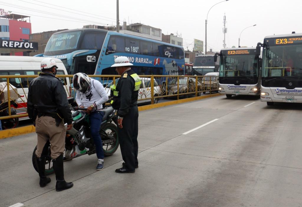 POLICIAS EN EL METROPOLITANO 4